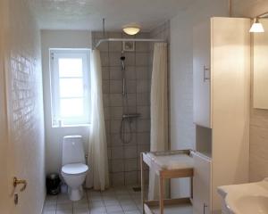 Eget toilet er naturligvis at finde i hver lejlighed.